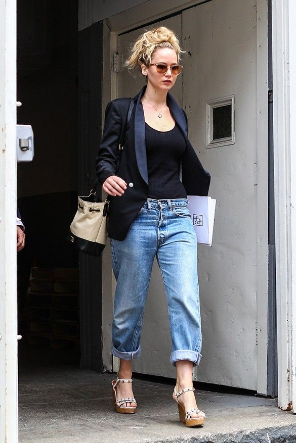 10 incredibly stylish jennifer lawrences looks black top boyfriend jeans black structure blazer and wedge sandals voltagebd Image collections